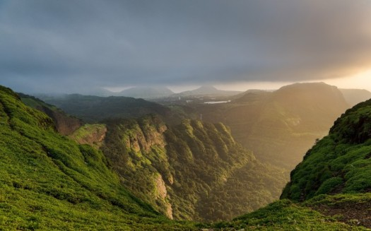 293356-nature-landscape-mountain-canyon-forest-sun_rays-mist-clouds-sunset-sunlight-india-grass-736x459
